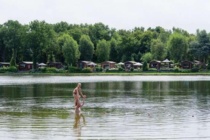 Zwembaden missen zon en zwemmers
